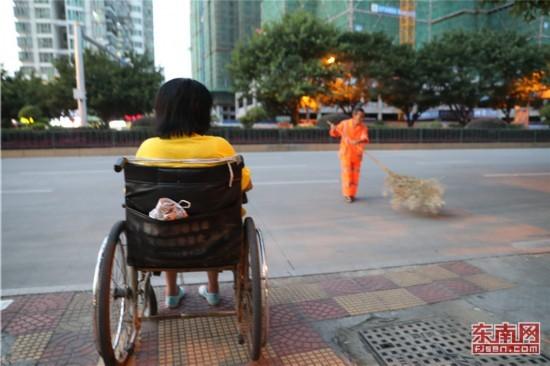 福建龙岩有一种爱情坐着轮椅陪你扫马路-【资讯】